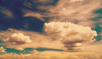vita fluffiga moln över blå himmel, filtrerat instagramutseende. foto