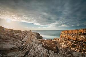 den sicilianska kusten vid solnedgången foto