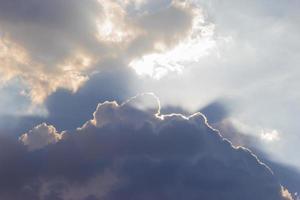 ljusstråle solstrålar bryter igenom tjocka moln