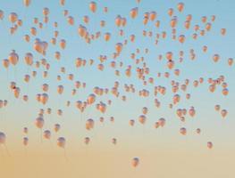 massor av gyllene ballonger som flyger upp till himlen foto