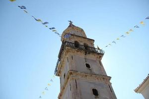grekisk kyrka accentuerad av ljus