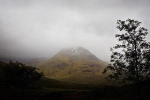 dimmigt och humörigt skotskt högland foto