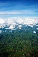 molnlandskap. blå himmel och vitt moln. solig dag. cumulusmoln foto