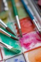 vattenfärgslåda med penslar foto
