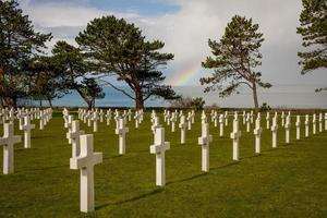regnbåge över amerikansk kyrkogård, normandie foto