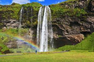 stor regnbåge dekorerar en droppe vatten foto
