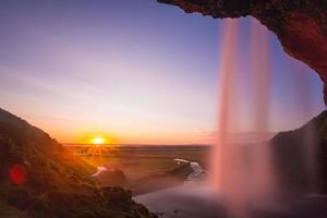 island, solnedgång bakom hösten, seljalandsfoss