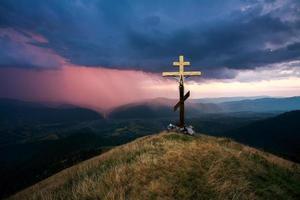 korsa över dalen på bakgrund av dramatisk himmel