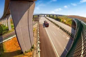 motorväg och viadukt