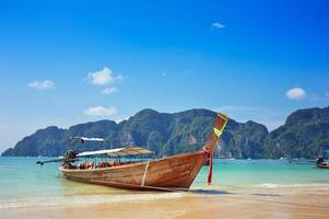 longtail båt i det vackra havet över klar himmel foto