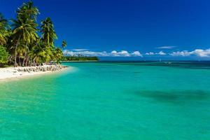 tropisk ö i Fiji med sandstrand och rent vatten foto