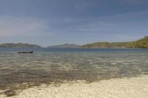 stenig strand av ön nära Port Barton, Palawan, Filippinerna foto