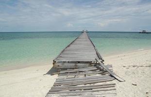 vit sandstrand på ön Derawan, borneo foto