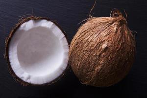 kokosnötter - hela och halverade foto