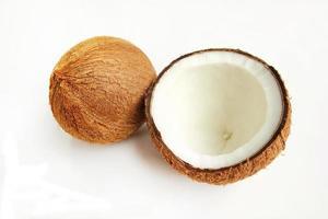 kokosnöt på vit bakgrund foto