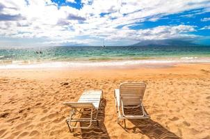 tomma solstolar på makena beach i maui, hawaii foto