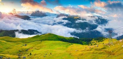 panorama över den dimmiga dalen Val di Fassa