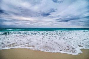 dåligt väder på stranden på semester foto