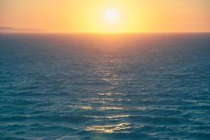 vacker solnedgång och strand