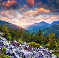 färgrik sommarsoluppgång i de karpatiska bergen foto
