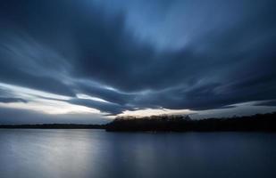 tunga moln ovanför sjön