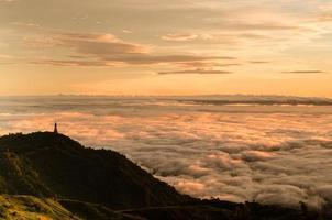 dramatisk soluppgång över dimman