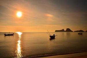 strand och båtar vid soluppgång scenics