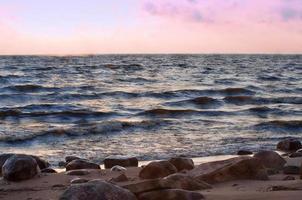 vackert landskap - färgglad solnedgång på havet foto