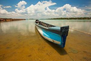 vacker utsikt vid stora sjön i srilanka med fiskmans båt