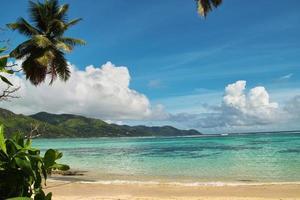 vacker strand med soligt paradislagun. foto