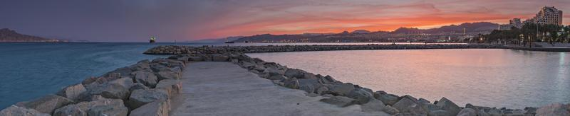 utsikt över Röda havet från piren i eilat foto