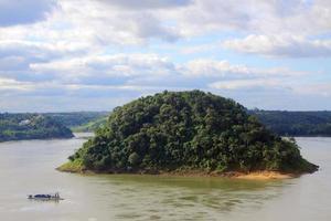 Acaray Island vid gränsen till Brasilien och Paraguay
