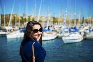 kvinna turist i hamnen