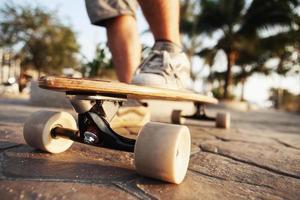 man och longboard på strandpromenaden