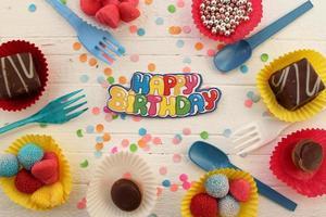 födelsedag firande cupcake och konfetti bakgrund foto