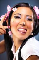 ung japansk kvinna retar ansikte känslor foto