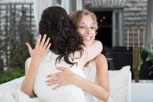 flickvänner firar förlovning.