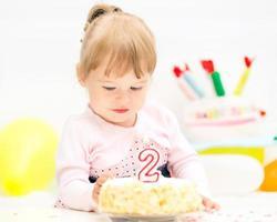 liten flicka firar andra födelsedag foto