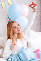glad tjej på en soffa firar