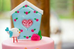 dekoration av födelsedagsfestbord med godis för barn foto