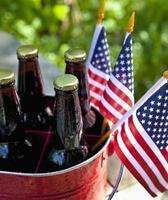 fyra öl i en hink och tre amerikanska flaggor foto