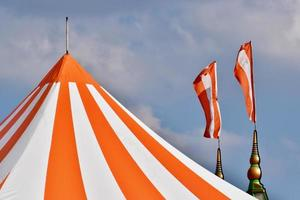 cirkustält och flaggor som flyger