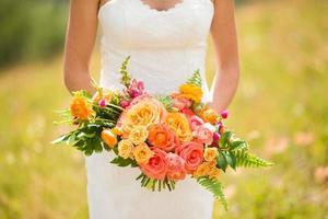 bröllopsbukett med rosor, ranunculus, snap drakar, gomphrena och echeveria foto