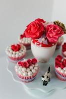 närbild av festmuffins och sockrade rosor foto