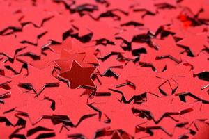 konfetti i form av röda stjärnor foto