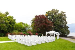 bröllopsceremoni i en vacker trädgård