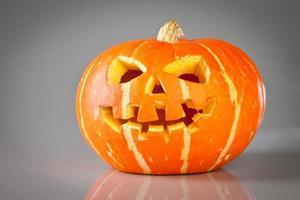 halloween, gammal jack-o-lykta på grå foto
