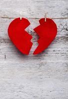 rött filthjärta knäckt i två på knuten till garn