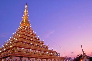 gyllene pagoden vid Wat Nong Wang-templet, Khonkaen Thailand foto