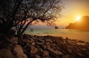 solnedgångstrand vid Krabi Thailand